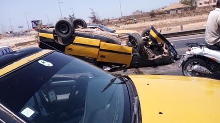 Photos - Accident au niveau de la Patte d'Oie : Un taxi se renverse au beau milieu de l'autoroute