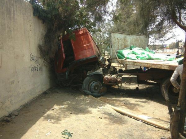 Accident : Un camion transportant du riz fini sa course dans un mur de l'autoroute