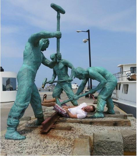 20 personnes qui se sont complètement lâchées en croisant une statue !