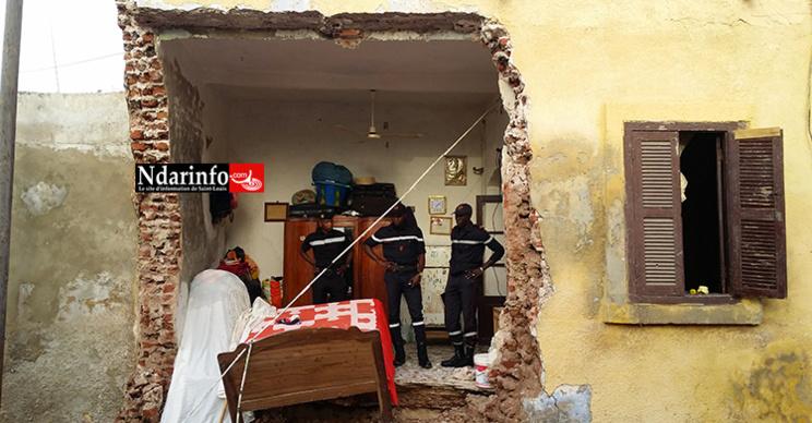 Photos - Un Caterpillar « fou » écrase une maison à Saint-Louis