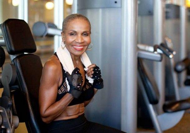 À 80 ans, (oui, oui) cette femme a le corps d'une athlète ! Découvrez l'histoire étonnante d'une grand-mère qui fait sa cure de jouvence