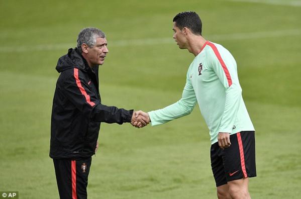 """Fernando Santos : """"Tout le monde parle de Ronaldo"""""""