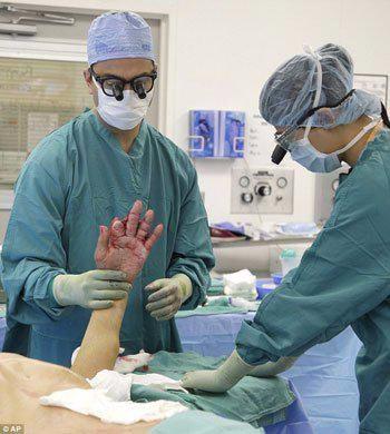 Choc : Un octogénaire se fait coudre la main dans le ventre