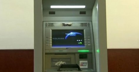 Guichets automatiques : Des distributeurs de billets sans le sou (reportage)