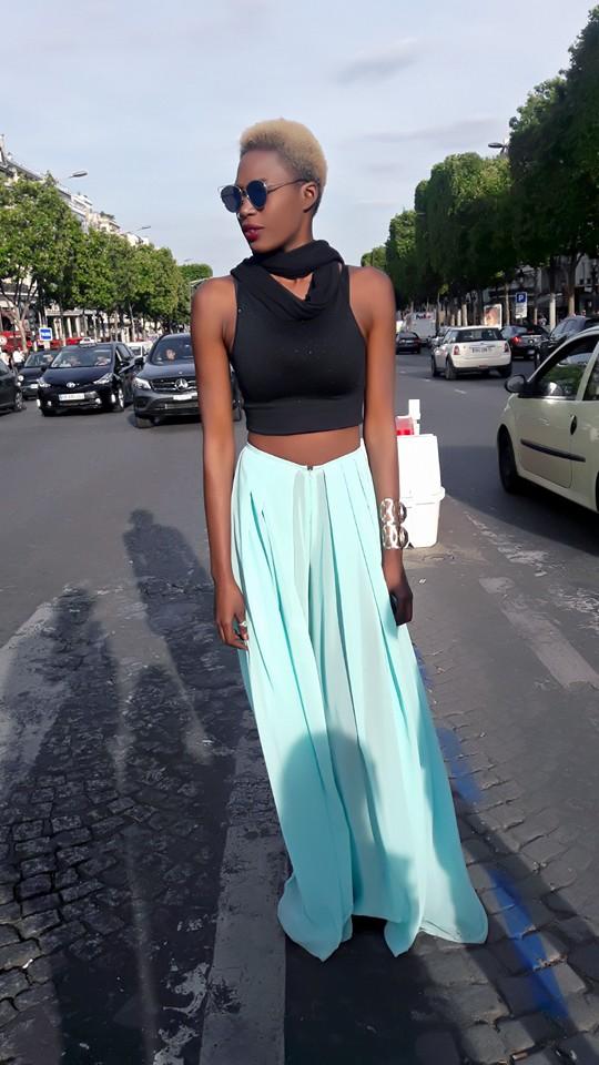 Khady Bâ chic et féminine dans les rues de Paris