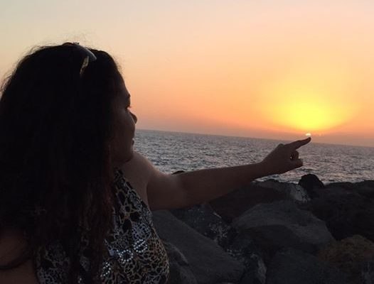Aïda Coulibaly, l'épouse de Youssou Ndour, admire le coucher du soleil