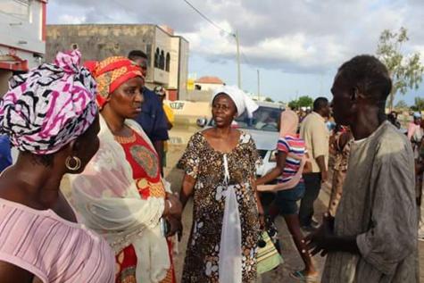 En Images: Des populations écoeurées par la gestion de Mariama Sarr à Kaolack ont pris d'assaut sa maison