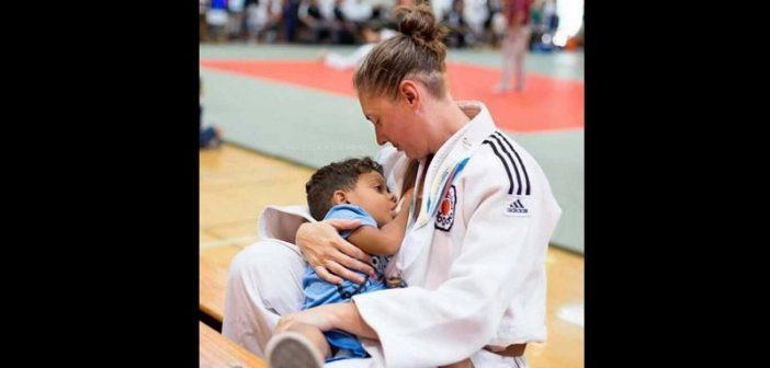 Malgré les contraintes de la compétition, cette femme accomplit son devoir de maman