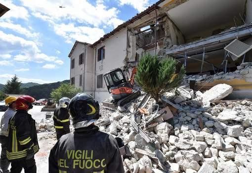 Séisme en Italie: le bilan s'alourdit à 120 morts