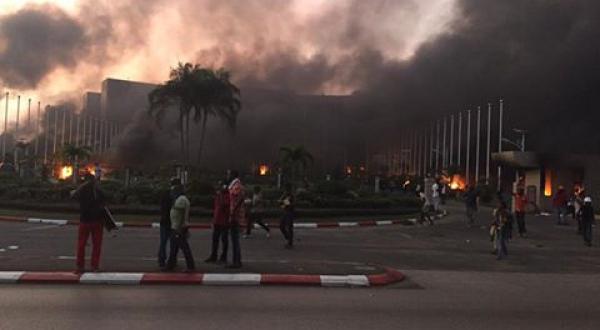 Zoom sur le Gabon : l'assemblée nationale incendiée