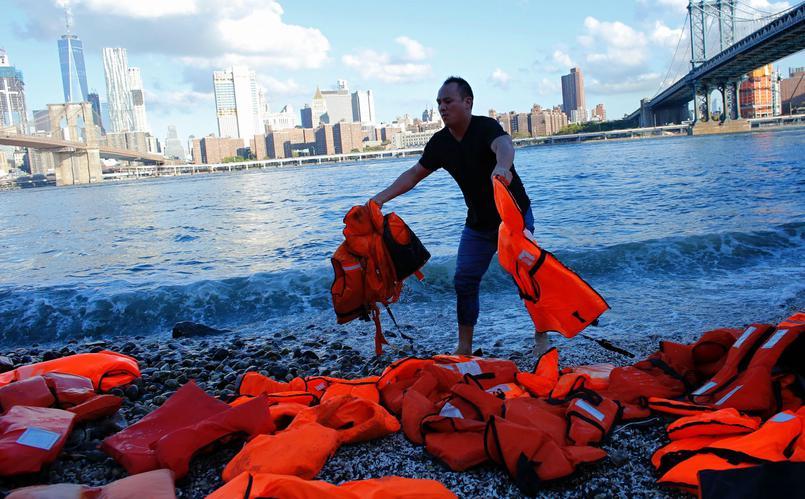 Sommet sur les réfugiés : l'ONG Oxfam dépose des gilets de sauvetage à New York