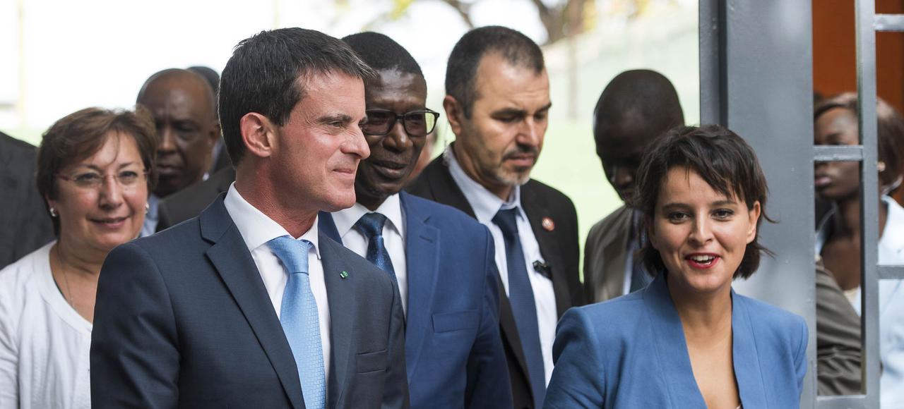 Najat Vallaud-Belkacem, en tailleur bleu, à côté de Manuel Valls et de Marie Teuw Niane à Dakar
