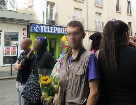 Thibaud (ici fleurs à la main), 20 ans, ancien locataire du deuxième étage, était présent le 2 septembre dernier lors de la commémoration de l'incendie meurtrier de la rue Myrha. (LP/ C.Carez.)
