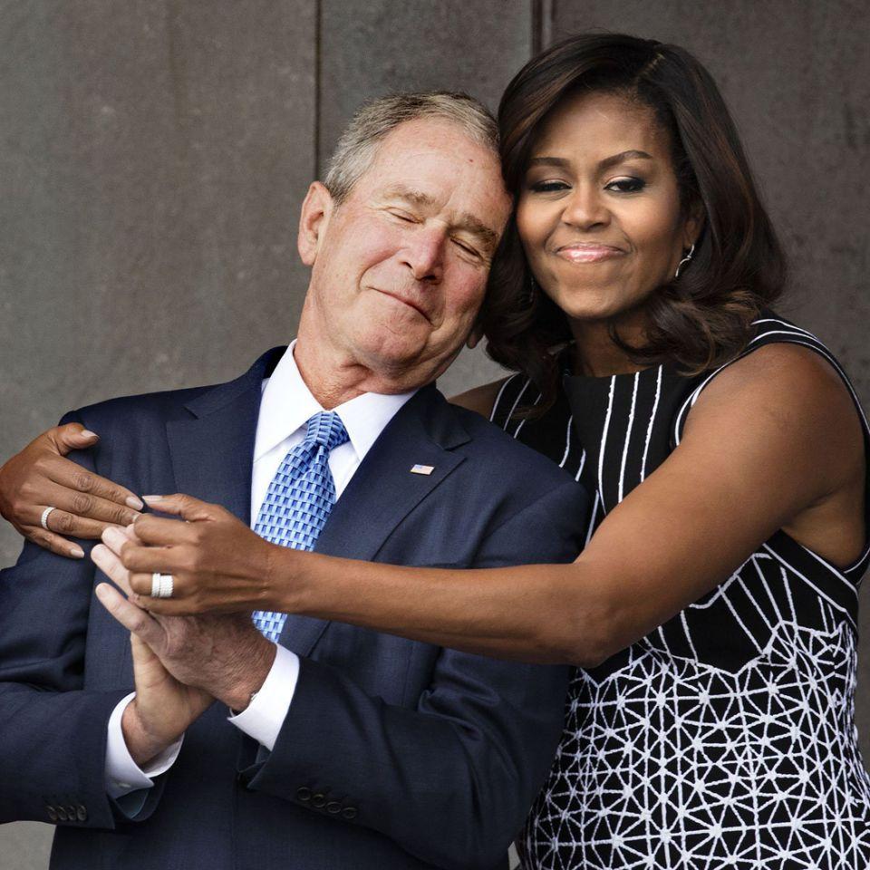 Cette photo de Michelle Obama enlaçant George W.Bush a été parodiée sur Twitter (et c'est très drôle) !