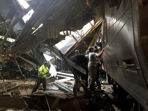 Un train déraille et s'engouffre dans une gare près de New York