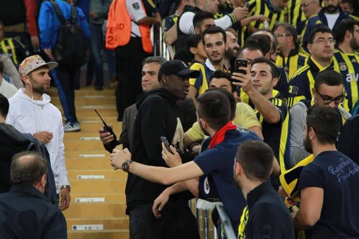 Photos - Guéri, Demba Bâ réapparaît au stade pour regarder le match de son ami Moussa Sow à Fenerbahçe