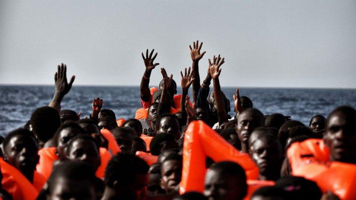 © Aris Messinis, AFP | Des migrants attendent d'être secourus, au large de la Libye, le 3 octobre 2016.
