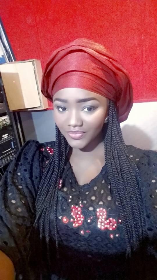 Photos - Fama Thioune, une beauté éternelle en taille basse rouge noir !