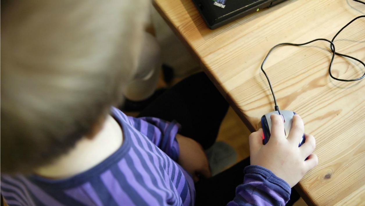 Un enfant apprend à utiliser une souris. - Miika Silfverberg via Flickr Creative Commons