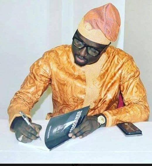Thione Niang en tenue traditionnelle