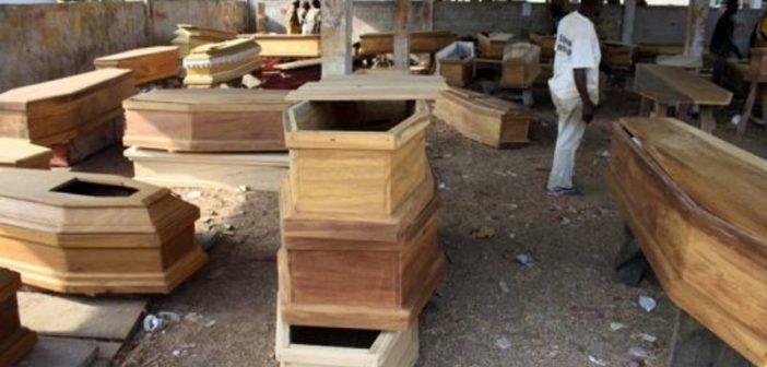 Un vendeur de cercueils prie Dieu pour son business