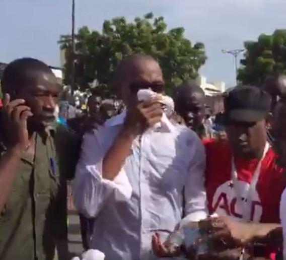 Abdoul Mbaye accompagné par ses gardes du corps