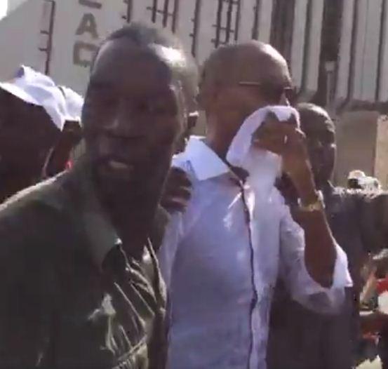 Abdoul Mbaye en compagnie de ses gardes du corps