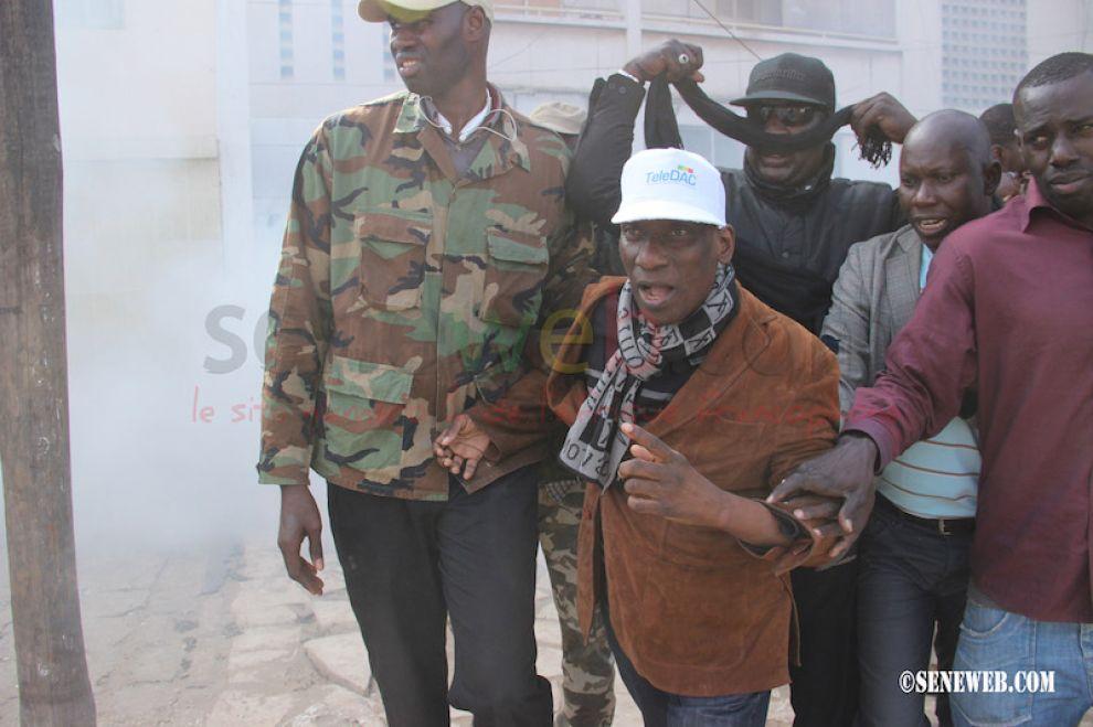 Le Président de la commission communication du Front Manko Wattu Senegaal Mamadou Diop Decroix a exigé la libération des personnes toujours en garde de vue au commissariat de la Medina.