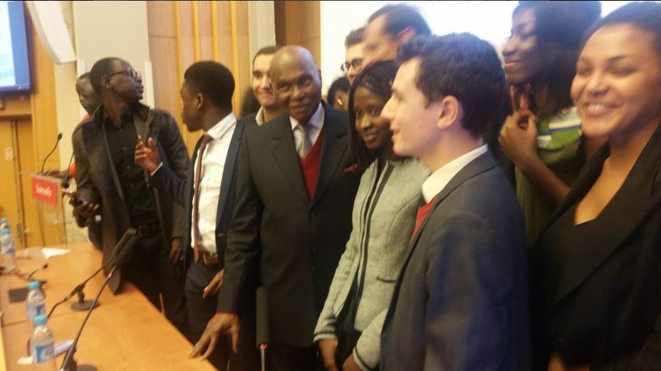 Abdoulaye Wade à l'amphithéâtre Emile Boutmy entouré d'étudiants pour animer une conférence