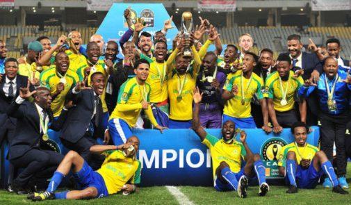les joueurs de mamelodi sundowns brandissant le trophée de la ligue des champions d'Afrique