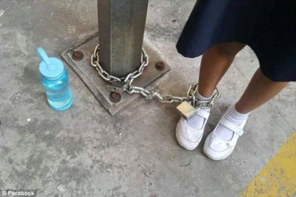 Drôle de punition: une mère enchaîne sa fille à un lampadaire et la laisse là