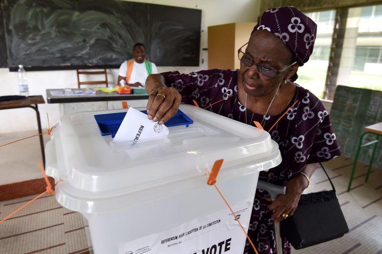 La Côte d'Ivoire adopte une nouvelle Constitution par référendum
