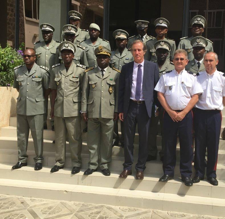 Son excellence l'Ambassadeur  de la France Christophe Bigot remet du matériel à la douane sénégalaise