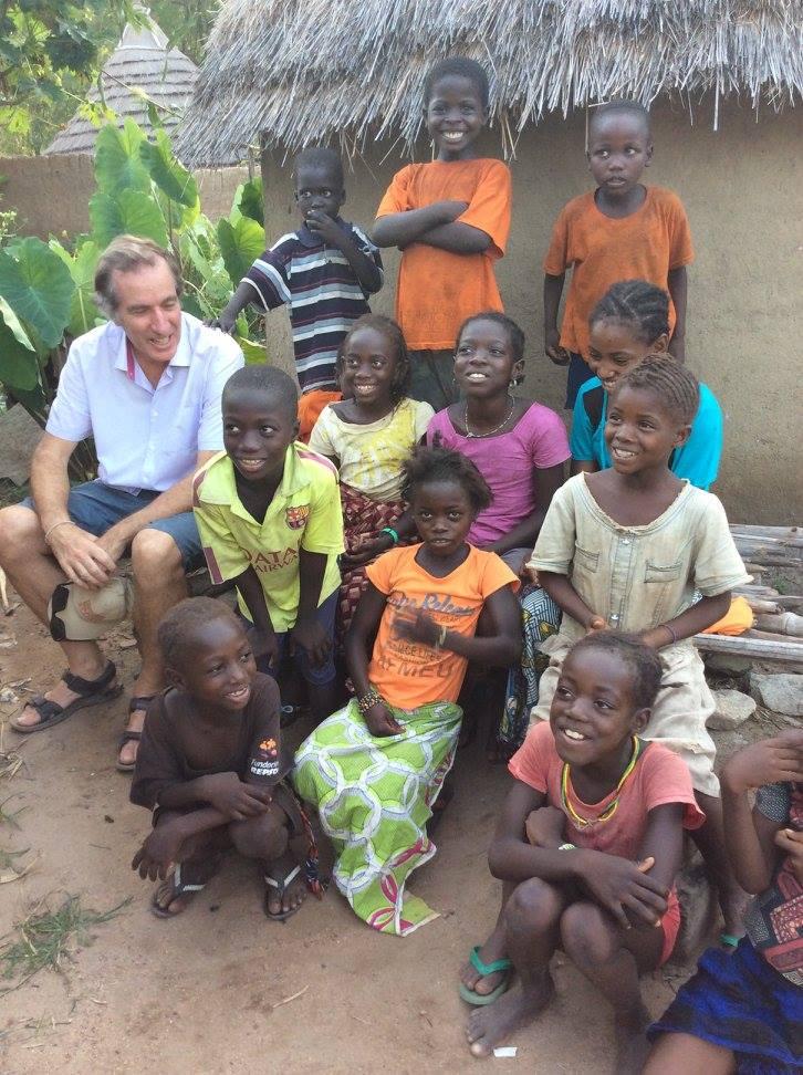 l'Ambassadeur en compagnie des enfants et habitants du village de Bédik d'Andiel!