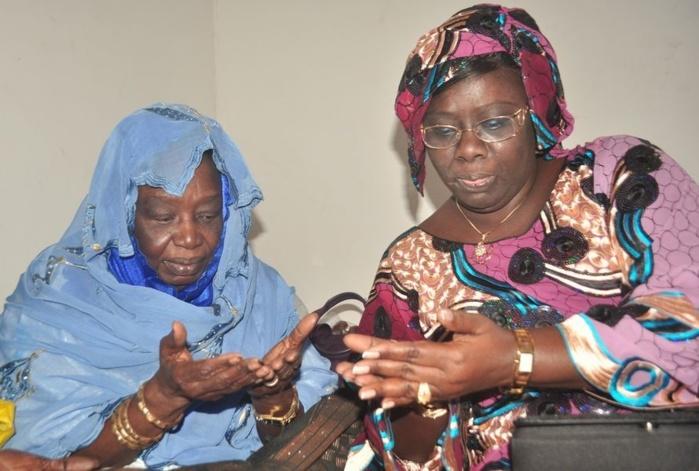 Sokhna Dieng Mbacké, la femme de Cheikh Modou Kara avec sa mère au Grand Magal de Touba.