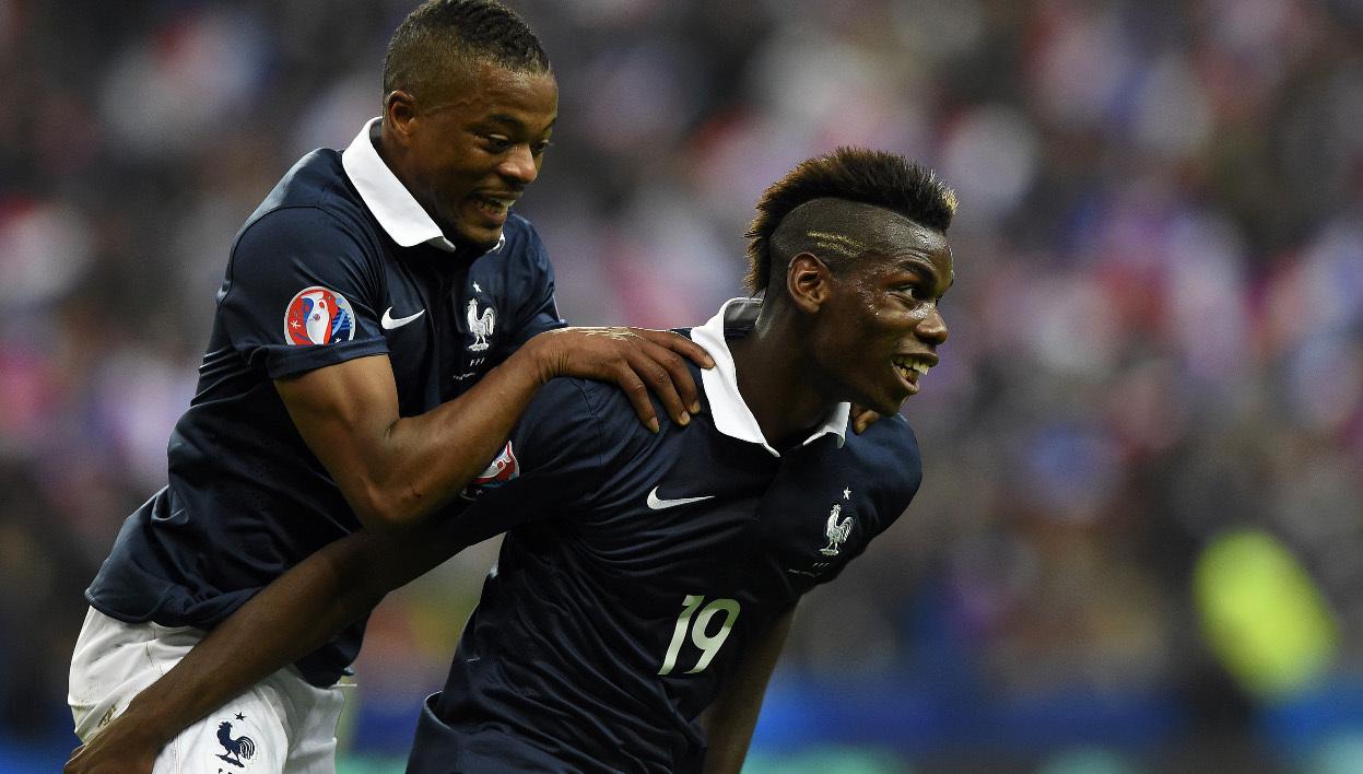 Patrice Evra passe souvent pour le capitaine officieux de l'équipe de France. Son palmarès et sa carrière, ses coups de gueule et sa mentalité inspirent le respect de ses coéquipiers internationaux.