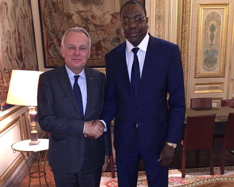 Le Ministre français des Affaires étrangères et du Développement international, Jean-Marc Ayrault et Mankeur Ndiaye, le ministre des Affaires étrangères lors d'une visite diplomatique en France.