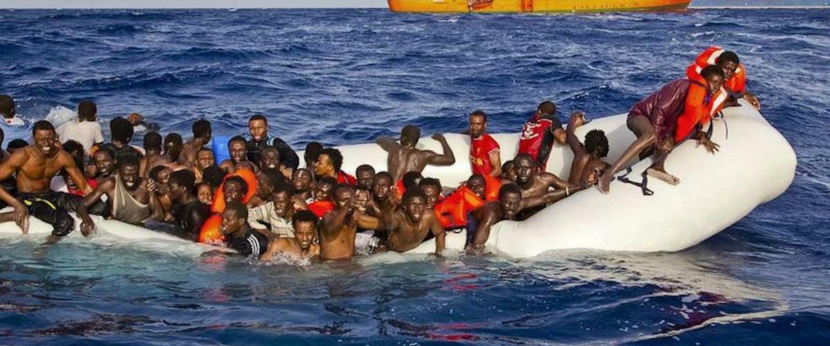 Vidéo-La mort tragique de migrants clandestins filmée par un marin (Âmes sensibles s'abstenir)