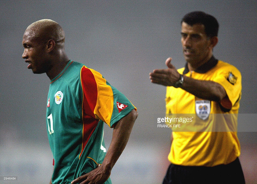 L'arbitre émirati Ali Bujsaim avec El Hadji Diouf, lors du match Tunisie-Sénégal lors de la Can 2004.