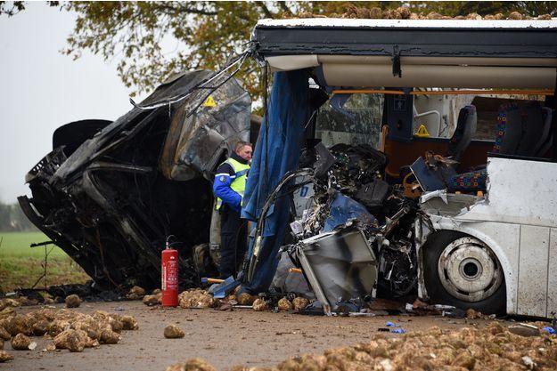 Un mort et trois blessés graves:Un poids lourd percute un bus scolaire