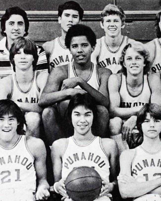 Barack Obama dans l'équipe de basket du lycée.