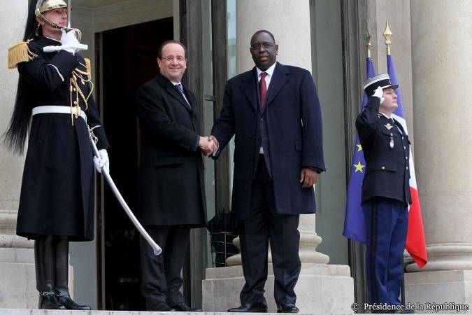 Le Président du Sénégal, Macky sall devanat le perron de l'Elysée avec son homologue François Hollande.