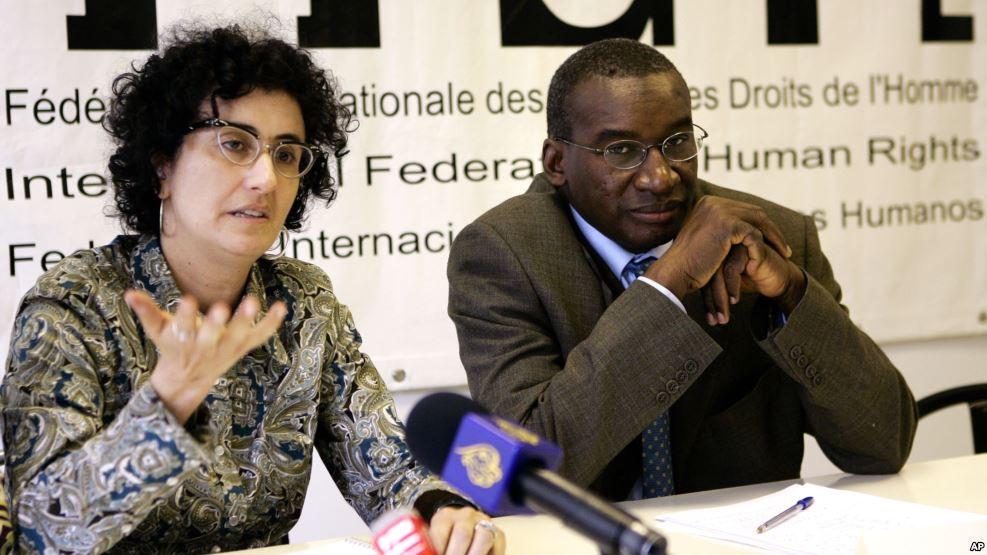 Le président de l'Assemblée des Etats parties au statut de Rome, Sidiki Kaba, à droite, et l'avocate américaine du Centre du Droit Constitutionnel (CDR), Barbara J. Olshansky, à gauche, animent une conférence à Paris, France, 28 octobre 2005.