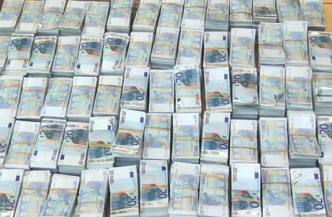 L'UE, pour contribuer à la lutte contre ce fléau, a consenti un financement d'environ 1 milliard 967 millions de francs CFA, soit 3 millions d'euros, en faveur du Groupe intergouvernemental d'action contre le blanchiment d'argent en Afrique de l'Ouest (GIABA) pour la mise en place du projet SAMWA.