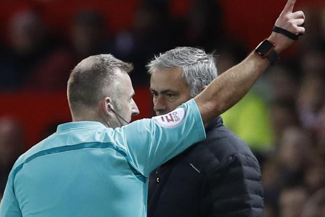 L'entraîneur de Manchester United José Mourinho face à l'arbitre lors de Manchester United-West Ham, le 27 novembre 2016. © Photo News/Reuters/Carl Recine