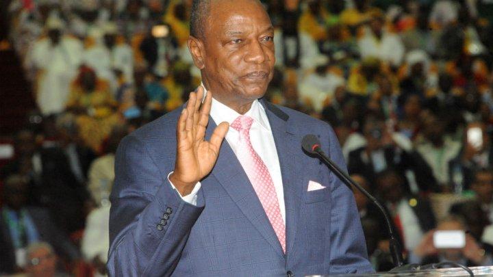 © Cellou Binani / AFP | Le président guinéen Alpha Condé prête serment le 14 décembre 2015 pour son deuxième mandat.
