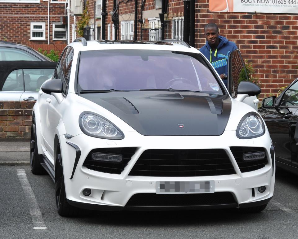 Photo : Yaya Touré et sa belle voiture de luxe, regardez les contours de la caisse
