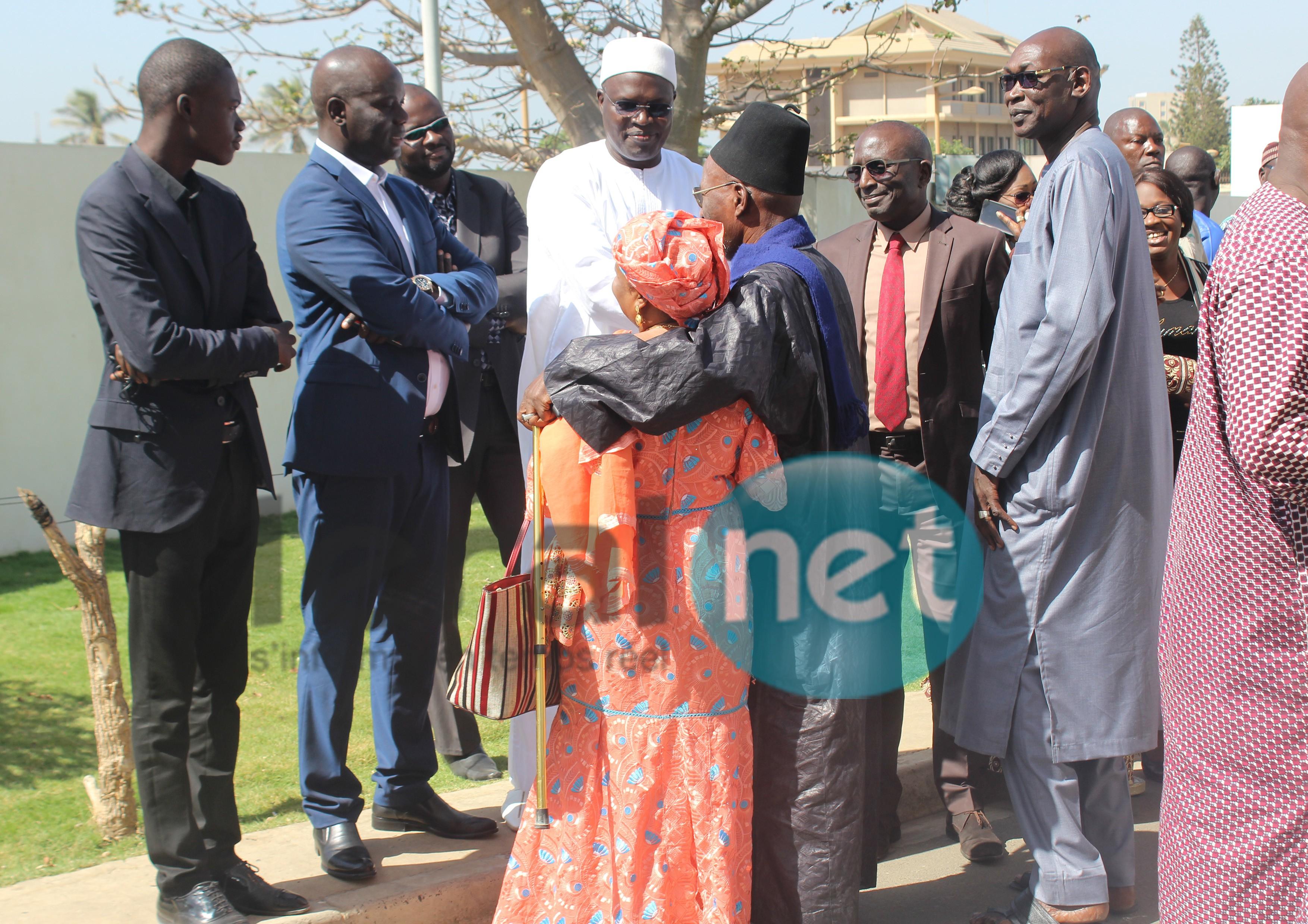 Image: retour de parquet pour Bamba Fall au tribunal de Dakar, ses camarades politiques à son chevet