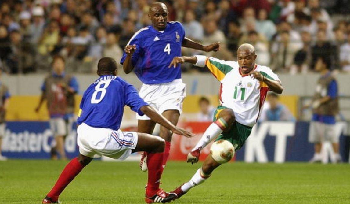 El hadji Diouf à l'assaut de Marcel Dessaily et Patrick Vieira, lors du match d'ouverture du Mondial 2002 (France-Sénégal 0-1)