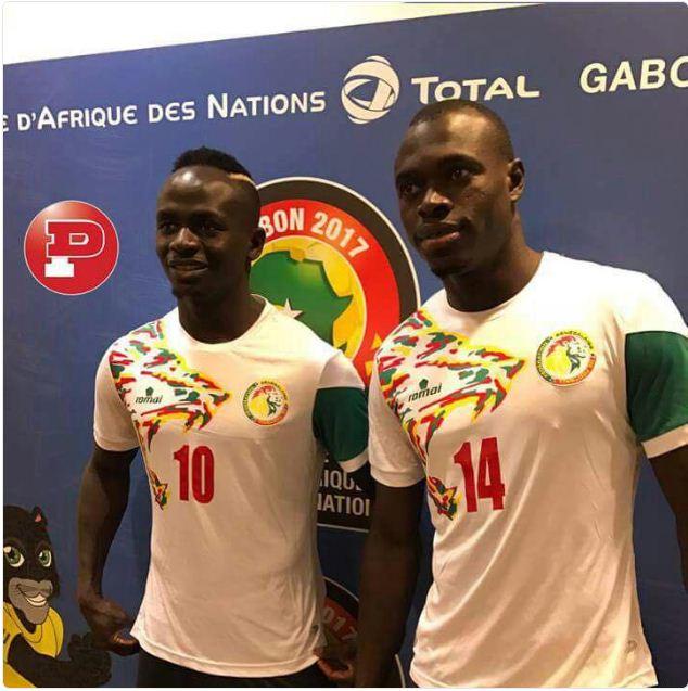 Photo : CAN 2017: Sadio Mané et Zarco présentent les nouveaux maillots du Sénégal